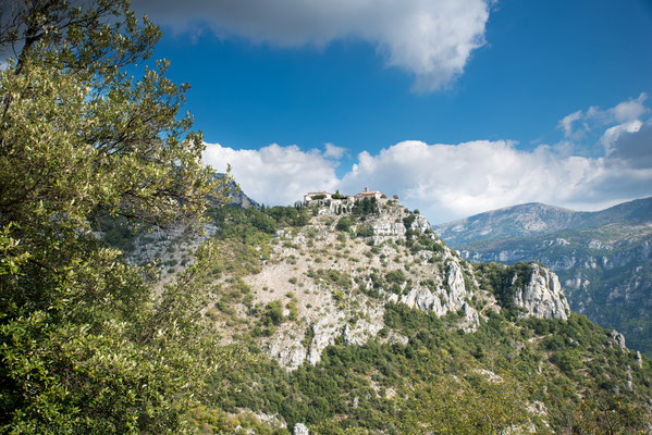 Im Hinterland von Nizza thront Gourdon in einer Höhe von 760 m aufgepfropft auf einem Felsen und überragt das Tal des Loup.