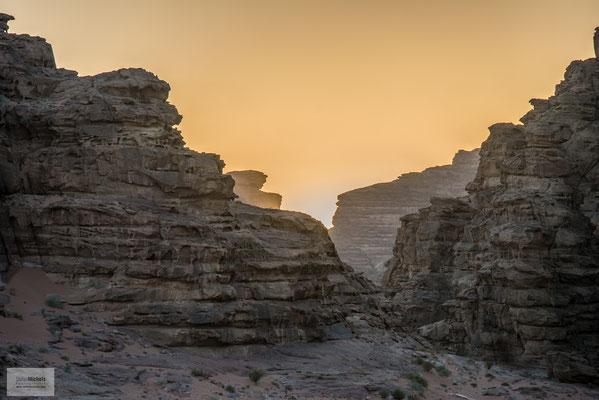 Im Dorf Wadi Rum wohnen mehrere hundert Beduinen, teils in Zelten, teils in gemauerten Häusern.