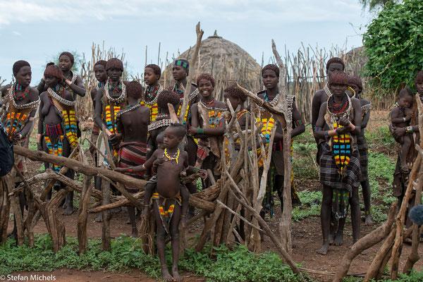 Die Hamar leben wie die meisten pastoralen Gruppen der Region vor allem von ihren Herden (Milch, Fleisch, Blut) sowie in der Regenzeit angebauter Hirse und anderen Landwirtschaftsprodukten.