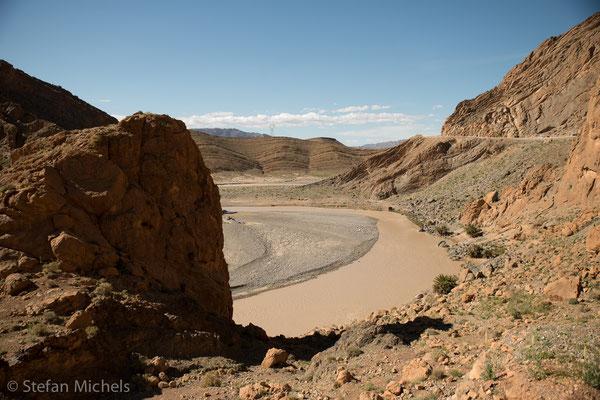 Der höchste Gipfel ist mit 4165 Metern der Toubkal im Süden Marokkos. Der Atlas bildet eine markante Scheidelinie zwischen dem feuchten Klima des äußersten Nordens Westafrikas und der extrem trockenen Sahara.