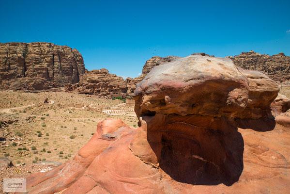 Auf den Gipfeln der umliegenden Berge befinden sich Überreste früherer Opferplätze der Nabatäer.