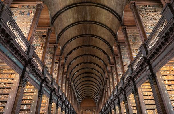 Im Trinity College befindet sich der long room, die alte Bibliothek.