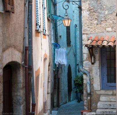 Vence, hier prägen nicht Souvenirshops, sondern Bäckereien, Gemüsestände und Restaurants das Bild der Stadt.