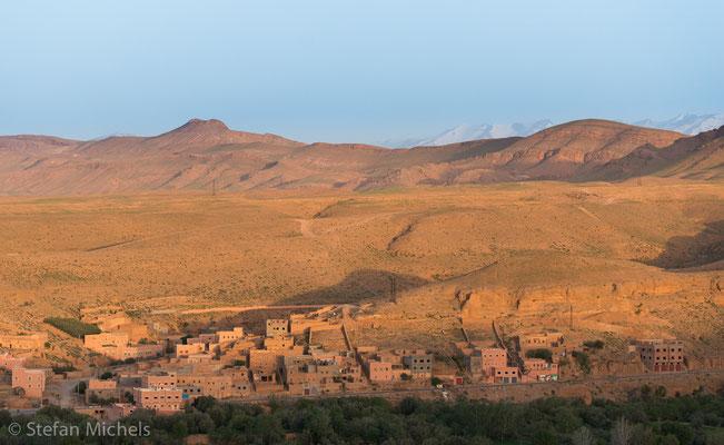 Die Straße der Kasbahs -Ein Tighremt ist eine meist dreigeschossige, aus Stampflehm errichtete und mit Ecktürmen versehene Wohnburg der Berber im Süden Marokkos.