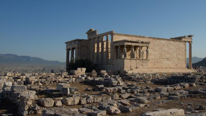 Das an der Nordseite des Hügels gelegene Erechtheion ist der zweitgrößte Tempel der Anlage. Es handelt sich um ein mehreren Göttern und mythischen Helden der Stadt geweihtes komplexes Bauwerk.