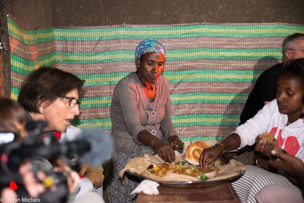 Lalibela - gemeinsames Essen mit injera und shiro.