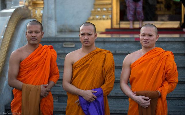 Verehrung der Mönche am goldenen Buddha.