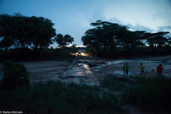 Im Süden setzt die Regenzeit ein - Plötzlich ist das Wadi unbefahrbar.