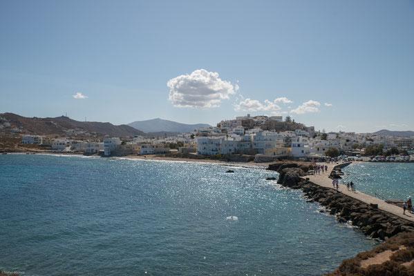 Die Stadt ist zentraler Hafenort der Insel (für Fährdienste, Fischerei und Sportschifffahrt) und Sitz des griechisch-orthodoxen Bischofs des Bistums Naxos-Paros.