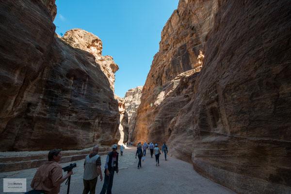 Zur verkehrstechnisch günstigen Lage kamen Vorteile der örtlichen Geographie. Zum einen liegt Petra versteckt und gut geschützt zwischen schroffen Felswänden.