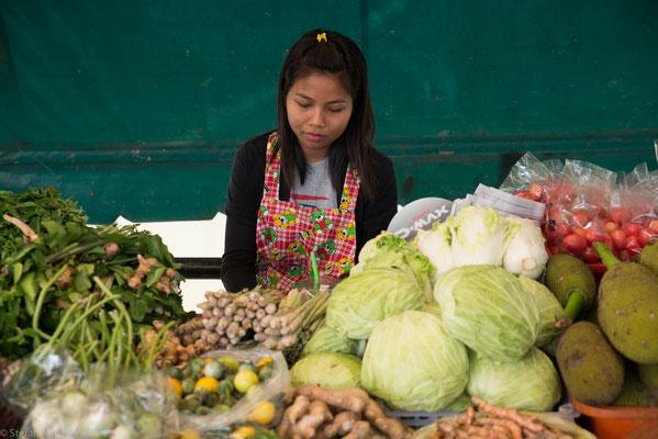 Poo schätzt auch nicht die Liebe der Menschen im Isan, Thailands Armenhaus, für superscharfes Essen.