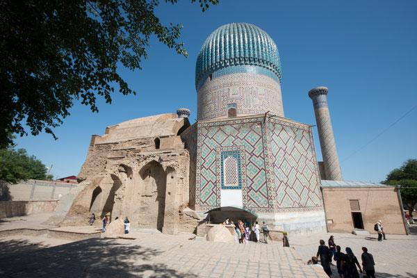 Die Kuppel ist mit 64 gleichmäßigen Rippen versehen, die jeweils für ein Lebensjahr Mohammeds stehen sollen.