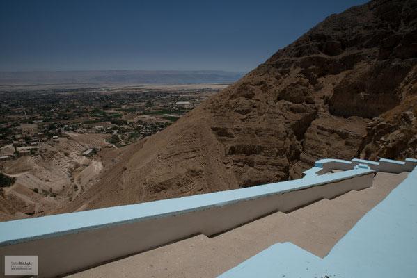 An seinem Hang befindet sich heute das  Kloster Qarantal (Deir al-Quruntul), dort hinauf führt die Jericho-Seilbahn.