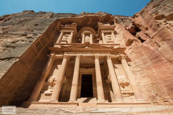 An der Urne, auf der Spitze des Rundtempels, sind Einschusslöcher zu erkennen. Sie gehen auf Flintenschüsse von Beduinen zurück, die versucht hatten, den vermeintlichen Schatzbehälter aufzubrechen.