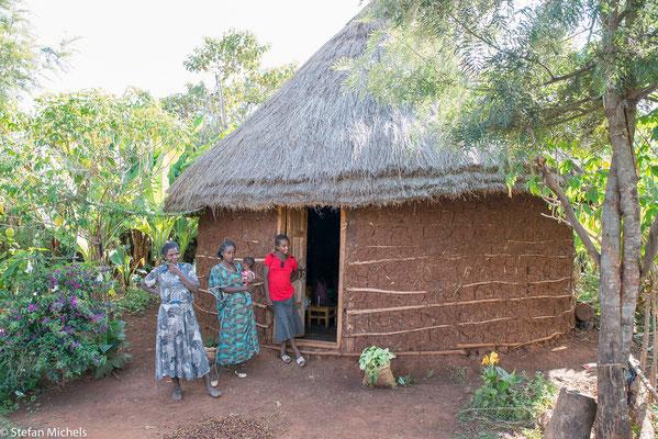 Typisches Tukull ( Rundhütte) für eine Familie mit mehreren Kindern und das Vieh.