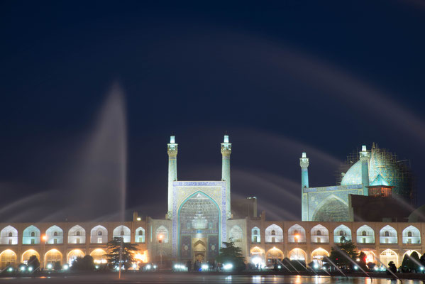 Heutzutage wird das Freitagsgebet auf dem Meidān-e Emām, direkt vor dem Eingangsportal zur Moschee verrichtet.