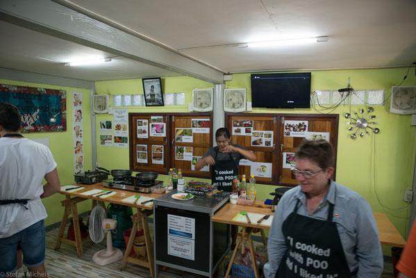 In ihrer Schule in dem kleinen Häuschen mitten in Klong Toey steht sowohl thailändische als auch Isan-Küche auf dem Lehrplan.
