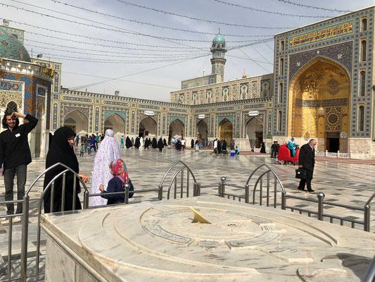 Dort befindet sich der heilige Schrein des achten schiitischen Imams Reza als einzige Grabstätte eines schiitischen Imams auf iranischem Boden.