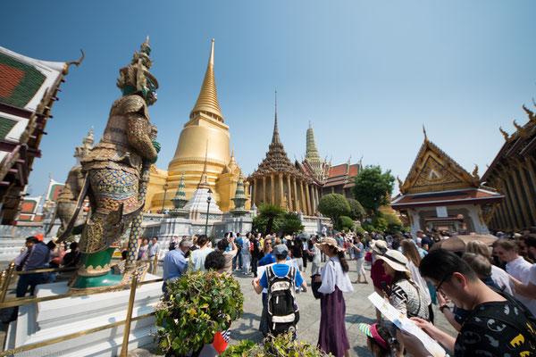 Der heutige Palast besteht aus vier Teilen, dem Äußeren Hof, dem Zentralen Hof, dem Inneren Hof und dem Wat Phra Kaeo.