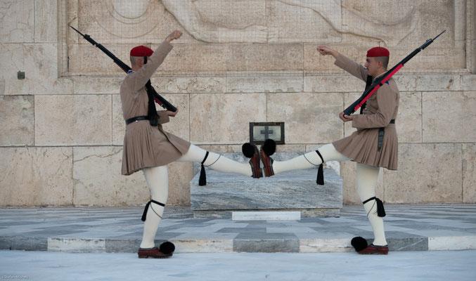 Als Evzone,  deutsch 'Wohlgegürtete' im Sinne von Leichtbewaffnete) werden die Soldaten der ehemaligen königlich-griechischen Leibgarde bezeichnet.