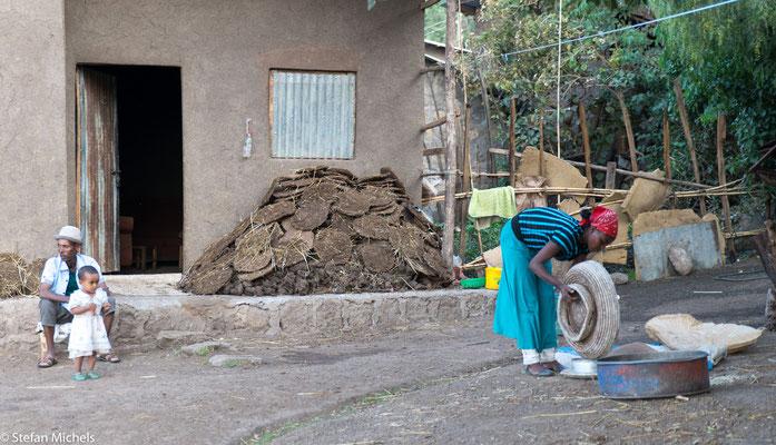 Lalibela - Kuhfladen werden zum Trocken gelagert.