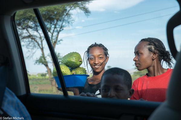 Unterwegs werden wir bei den kurzen Stopps immer von Kindern angesprochen.