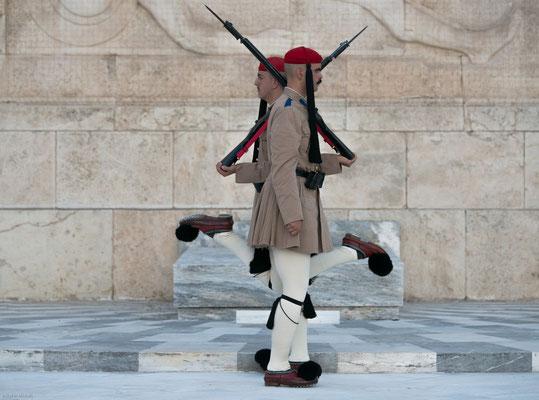 Sie besteht aus der Fustanella (kurzer weißer gefältelter Rock) und der Fermeli (Wams), der von speziell ausgebildeten Soldaten genäht und bestickt wird.