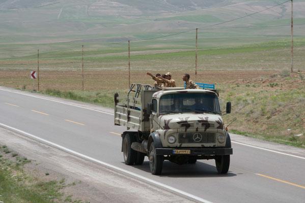 Selbst von der iranischen Armee wurden wir freundlich begrüßt.