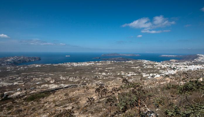 Ausflugsboote fahren mehrmals täglich vom alten Hafen in Fira nach Ia, Thirasia und zu den Vulkaninseln im Inneren der Caldera