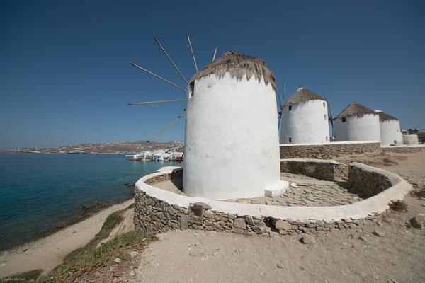 Auf einer kleinen Landzunge am Rand von Mykonos-Stadt, genannt Ano Mili, befindet sich etwa 10 m über NN das Wahrzeichen der Insel, die Kato Mili.
