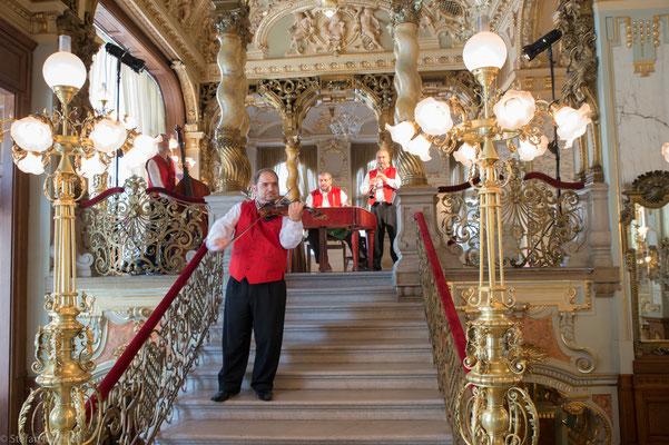 Das Innere des Cafés mit seinen gedrehten Säulen erinnert zum Teil an die Ausgestaltung barocker Kirchenräume.
