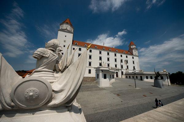 Sie liegt an der südwestlichen Grenze der Slowakei am Dreiländereck mit Österreich und Ungarn und ist damit die einzige Hauptstadt der Welt, die an mehr als einen Nachbarstaat grenzt.