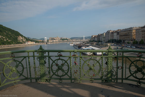 Nach etwa zweijähriger Bauzeit wurde das Bauwerk anlässlich der Feierlichkeiten zum 1000. Jahrestag der Landnahme am 4. Oktober 1896 als damals zweite Donaubrücke den Budapestern feierlich übergeben.