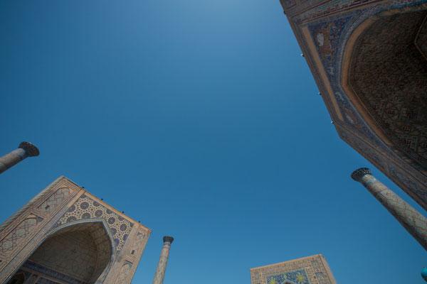 Im Westen die Ulugʻbek-Madrasa (1417–1420), ihr im Osten  gegenübergestellt die Sher-Dor-Madrasa (1619–1636) und nördlich des Platzes die Tilya-Kori-Madrasa (1646–1660).