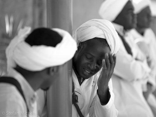 Gnaoua -Die Brüderschaften der Gnaoua setzen sich in ganz Marokko zusammen aus dem Meister (Maâllem), den Musikern, die die guenbri (eine Art Laute mit drei Saiten), die qrâqeb ( metallene Kastagnetten) und die tabal (Trommel) spielen.