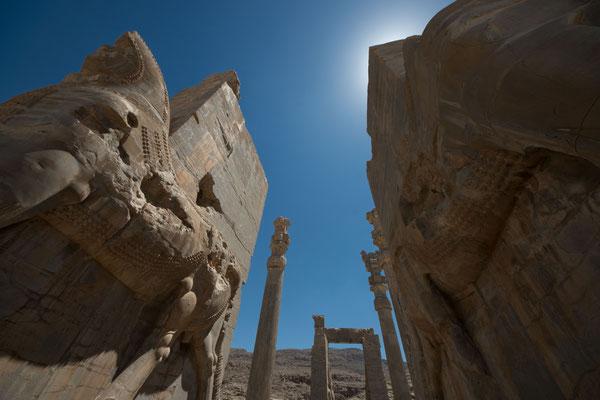 """Der prächtige Haupteingang zum Areal und zu den zwei großen Säulenhallen wurde """"Tor aller Länder"""" genannt."""