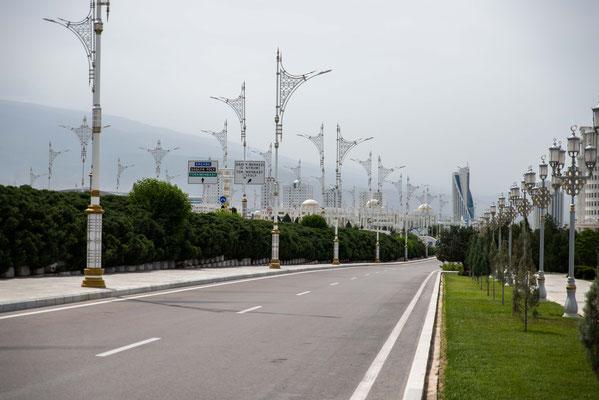 Die Autobahnen, 8-spurig mit vergoldeten Beleuchtungskörpern - leider ohne Autos!