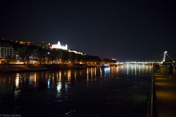Nächtliche Vorbeifahrt an Bratislava.