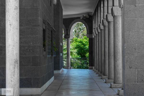 Von Touristen und Pilgern wird die 1937 nach den Plänen von Antonio Barluzzi gebaute Kirche auch wegen der Aussicht über den See besucht.