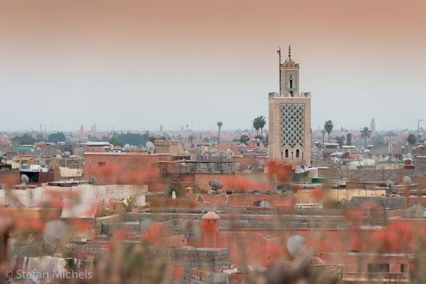 Marrakesh -Hauptattraktion der Stadt ist die Djemaa el Fna (arabisch etwa Versammlung der Toten), der weltberühmte mittelalterliche Markt- und Henkersplatz, heute ein lebendiger Ort orientalischer Geschichtenerzähler, Schlangenbeschwörer und Gaukler.