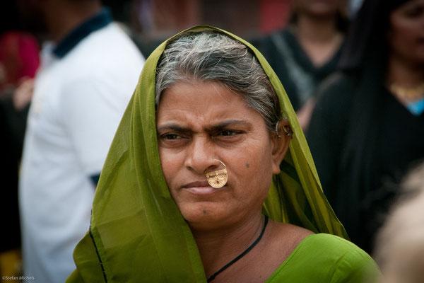 Nasenpiercing, bevorzugt im linken Nasenflügel, soll die Geburt vereinfachen