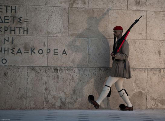 Am Syntagma-Platz vor dem Parlaments-Gebäude findet stündlich ein Wachwechsel der Evzonen vor dem Grab des unbekannten Soldaten statt.