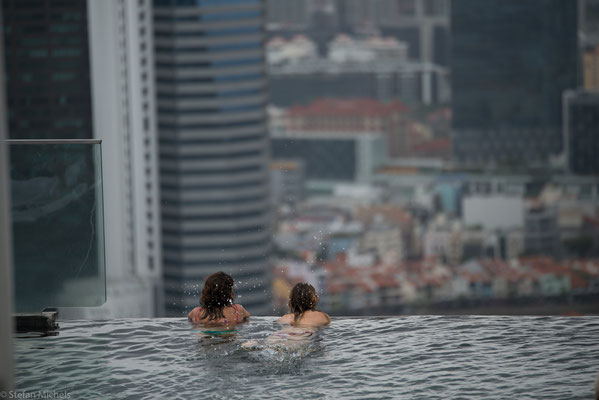 Pool mit Blick auf die Skyline von Singapore .