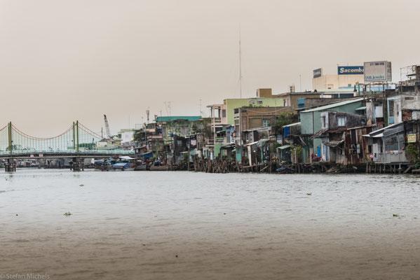 Der Mekong mündet hier in einem Netz von Flussarmen, die durch einige Kanäle verbunden sind, in das Südchinesische Meer.