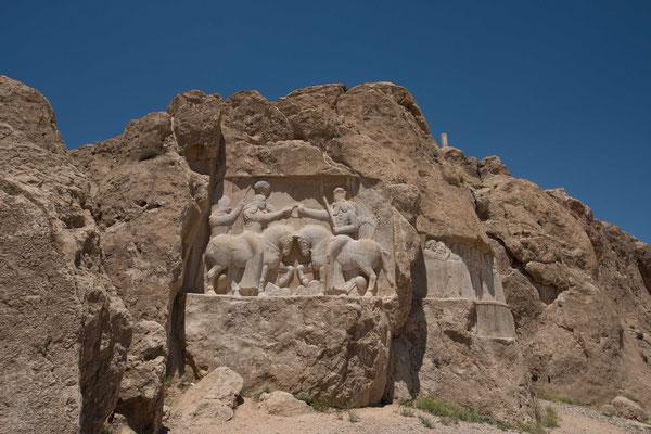 Ardaschir I. empfängt von dem Gott Ahuramazda (rechts) den Ring der Macht.