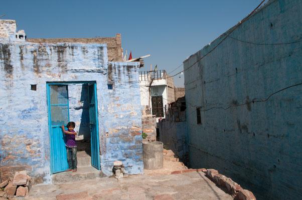 Straßenszene Jodhpur, blaue Farbe soll Ungeziefer fernhalten