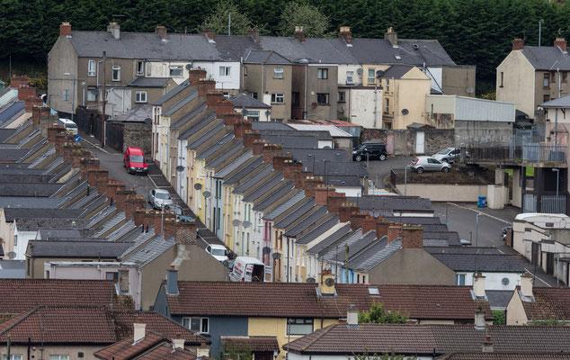"""Der Stadtteil Bogside war ein Brennpunkt vieler Ereignisse während des Nordirlandkonfliktes (der sogenannten """"Troubles"""") – von der Schlacht der Bogside 1969 über den Blutsonntag 1972 bis heute."""