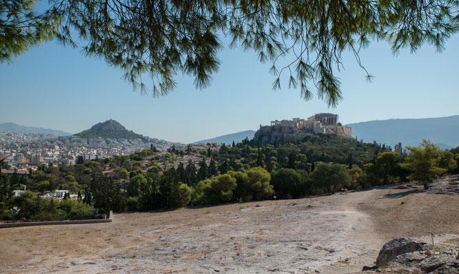 Propyläen: das Erechtheion, der Niketempel und der Parthenon, in dem eine kolossale Statue der Göttin Athene aus Gold und Elfenbein stand