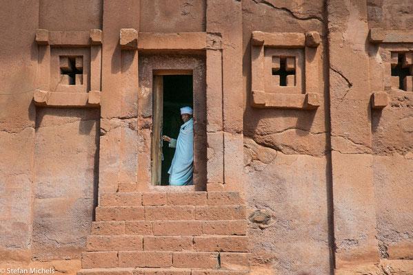 Lalibela - Mönche verrichten täglich ihren Dienst.