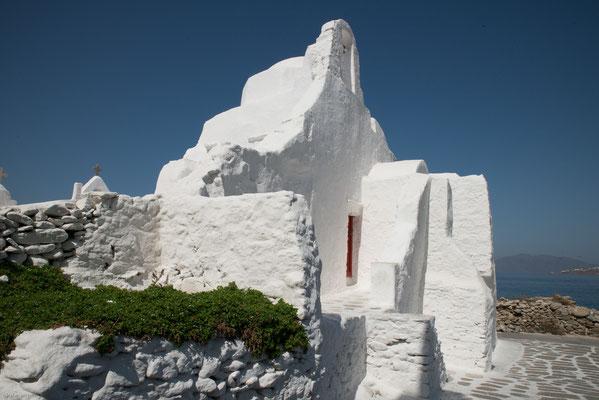 Diese einzigartige Marienkirche ist deshalb so bekannt, weil sie aus fünf eigentlich eigenständigen weißen Kapellen besteht, die im Laufe der Zeit zu einem Komplex zusammengewachsen sind.